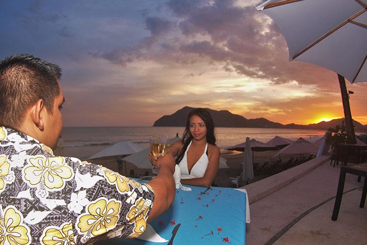 Restaurant Oceanides frente a la playa en Manzanillo